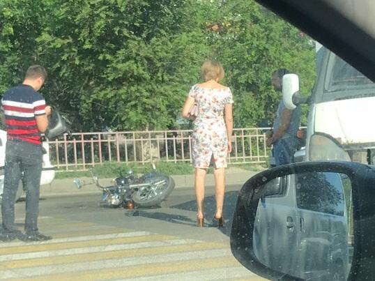 На юге Волгограда мотоциклист влетел в «Газель»