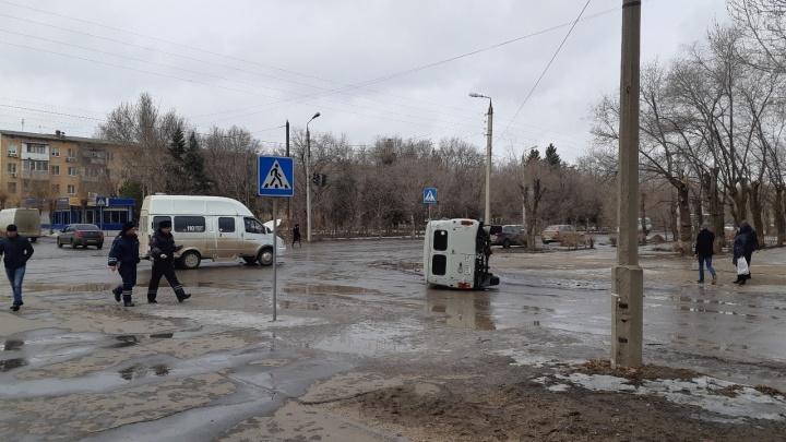 «Труповозка перевернулась»: от удара с волгоградской маршруткой оказался на боку пассажирский уазик