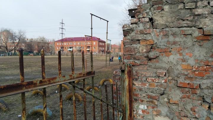 Сотрудников гимназии № 88 обвинили в падении мальчика на забор