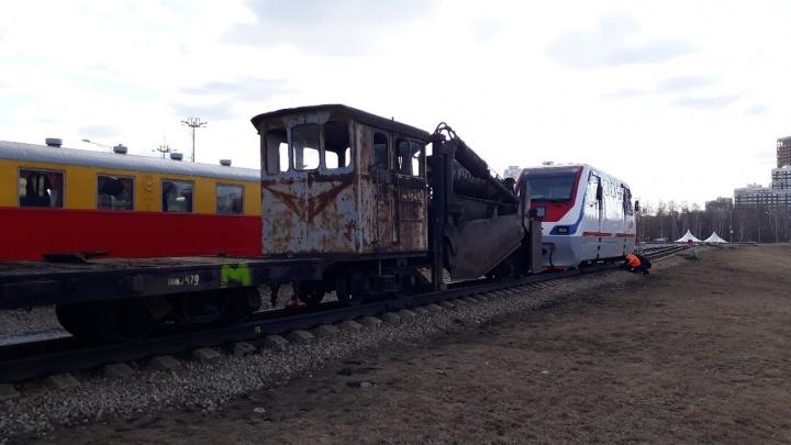 Монстр из мира стимпанка: на Детской железной дороге в парке Маяковского появился необычный экспонат