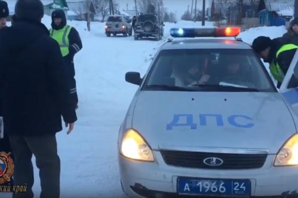 Ребёнок шёл по краю обледеневшей зимой дороги, когда его сбили