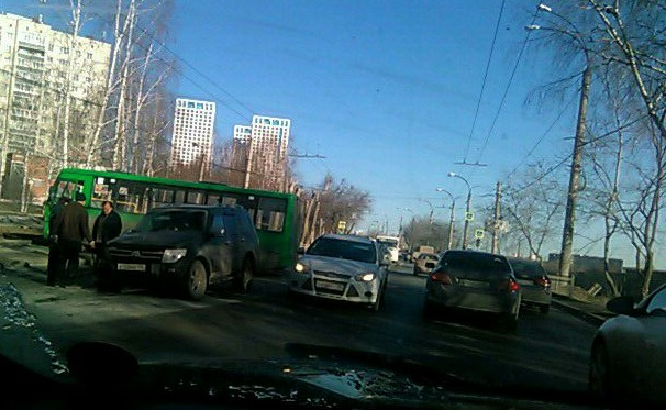 На Щербакова после ДТП автобус вылетел на тротуар