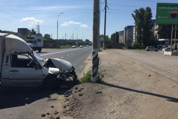 Капот автомобиля получил серьезные механические повреждения