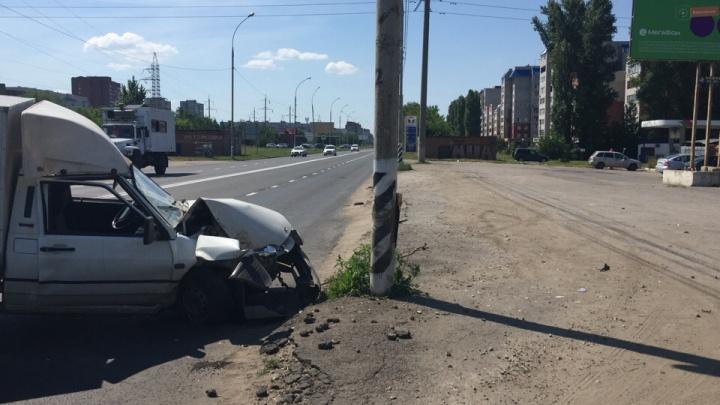 В Тольятти потерявший сознание из-за жары водитель пикапа врезался в столб
