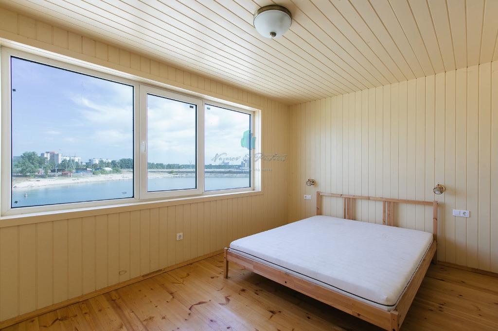 Из окна спальни видно пляж