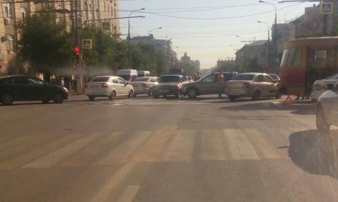 «Водитель устал»: в Ворошиловском районе Волгограда трамвай взял на таран остановившуюся иномарку