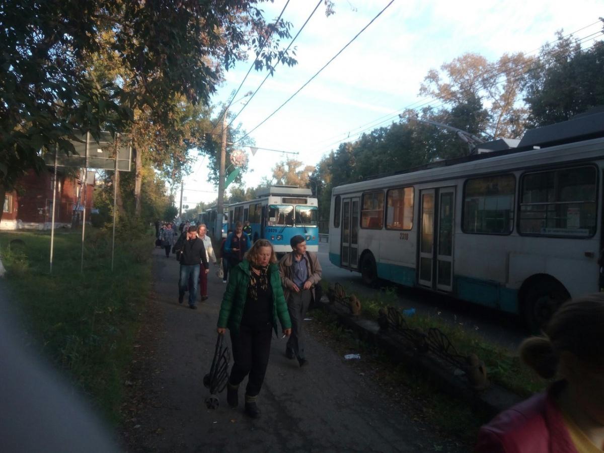 Троллейбус врезался встолб: трое раненых