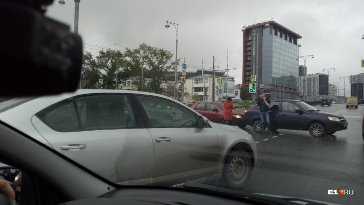 Снова пробки: первый учебный день вновь осложнил ситуацию на дорогах Екатеринбурга