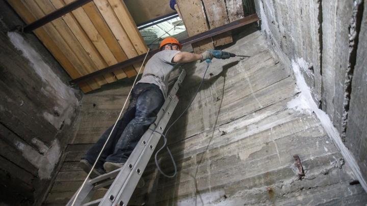 «Ветер достигал 28 м/с»: в Волгограде приостановили внешнюю реставрацию «Родины-матери»