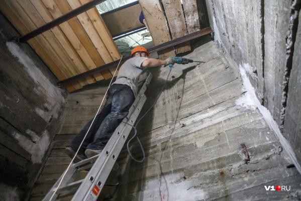Рабочие занимались реставрацией внутри скульптуры