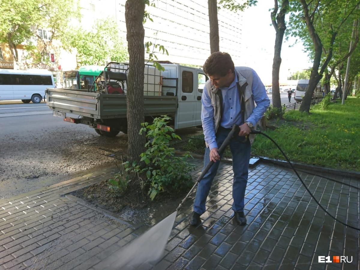 Городской глава моет тротуар