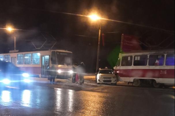 «Движение встало»: в Самаре трамвай столкнулся с автомобилем такси