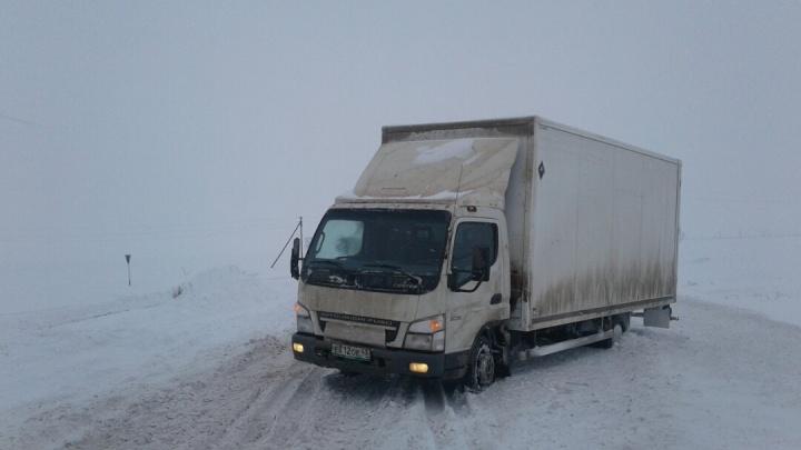 «Как обратно ехать? Надо разворачиваться!»: саратовскую трассу Волгоградской области завалило снегом