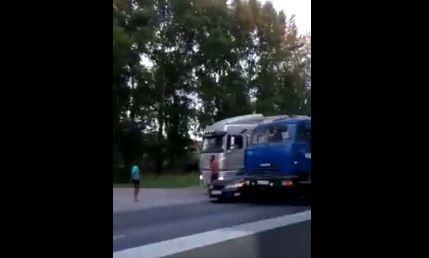 «Движение парализовано»: фура и бетономешалка зажали на Мочищенском шоссе легковой автомобиль