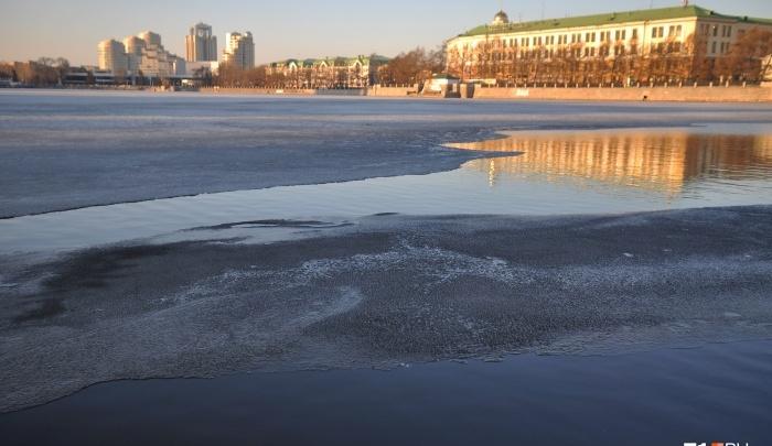 18-летний тюменец провалился под лёд, гуляя по замерзшему пруду. Его спас случайный прохожий