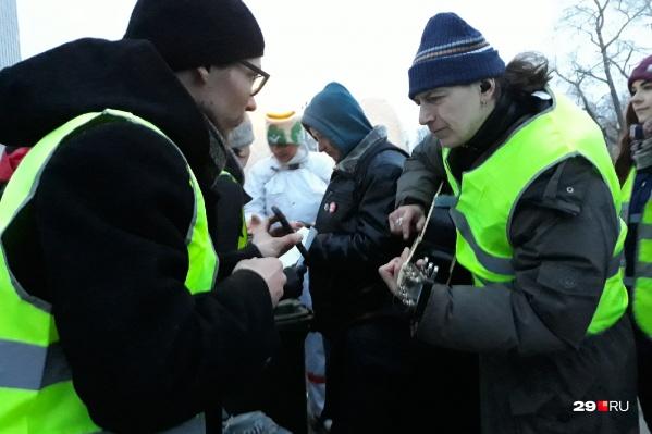 На площади Ленина проходит так называемая бессрочка, акция, которая стала продолжением воскресного митинга. Активисты говорят, что будут дежурить тут до тех пор, пока власть не отреагирует на их действия