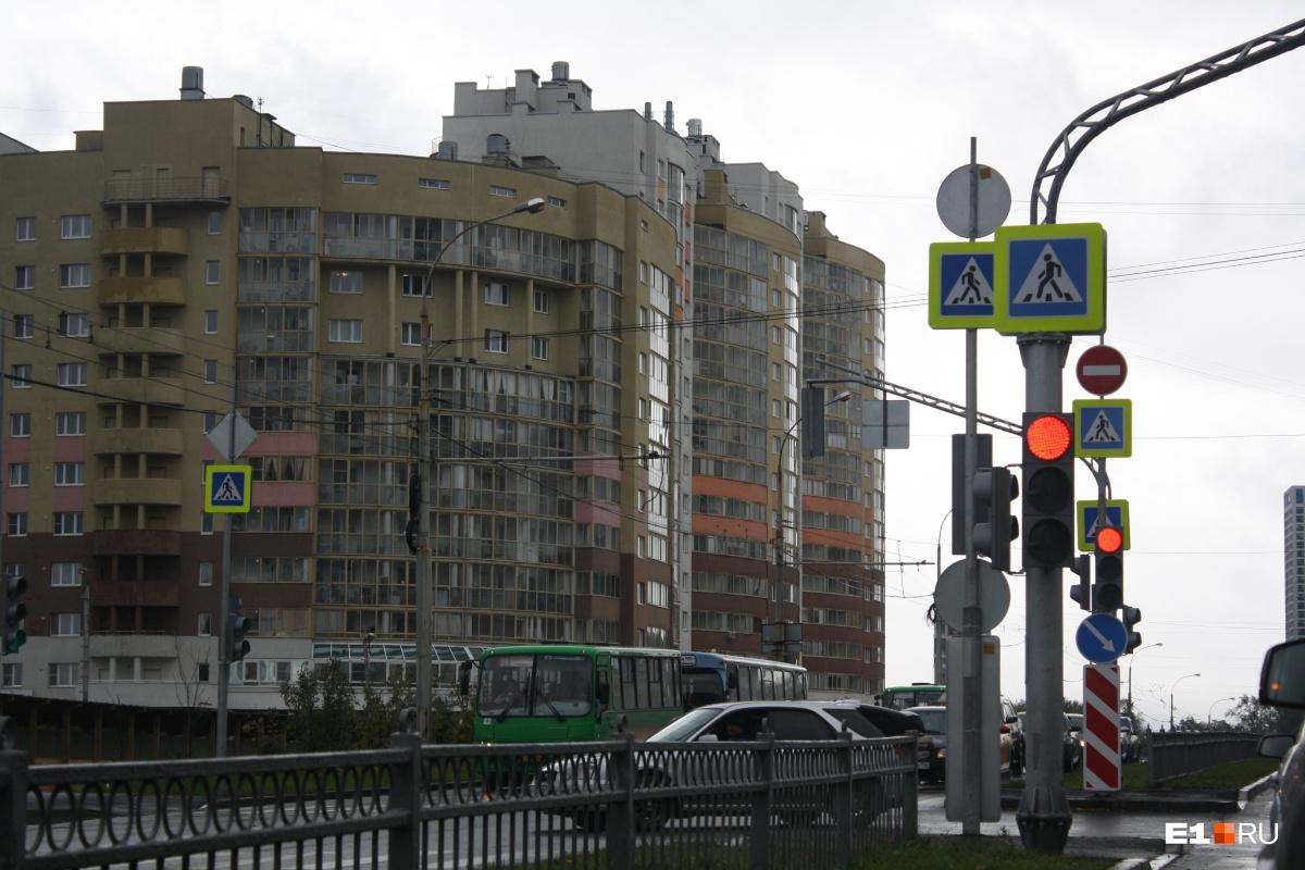 Массовое внедрение системы умных светофоров в уральской столице начнется с улицы Щербакова