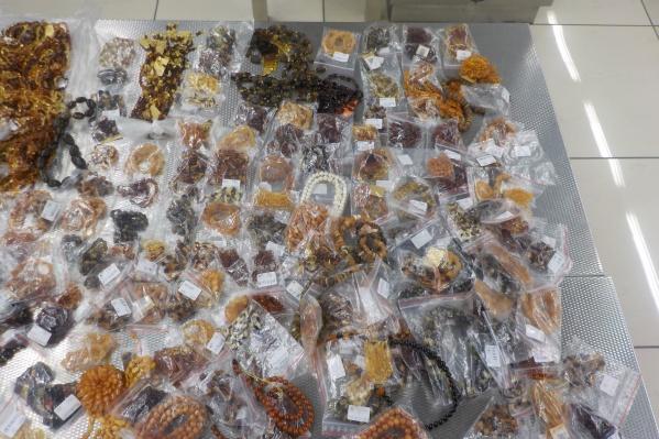 Женщина хотела увезти больше тысячи украшений из янтаря в Китай и там продать