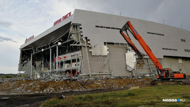«Арена Омск» вместе с фасадом лишилась огромного баннера с изображением ястреба