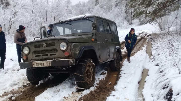 Машины с цепями и реки грязи: школьники в Башкирии вынуждены добираться на учебу на УАЗах