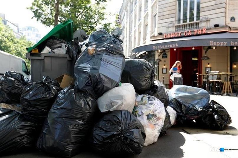 Эти люди кучкуются возле метро и в парках, оставляя после себя вот такие кучи мусора<br>