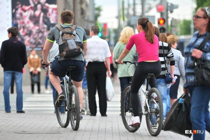 С наступлением тепла многие екатеринбуржцы пересели на велосипеды