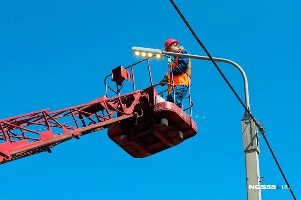 Перед приездом двух президентов центральные улицы Омска должны быть освещены по последнему слову техники. А вот остальным, похоже, придётся подождать.