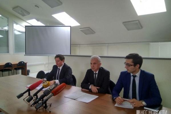 Уполномоченный по защите прав предпринимателей в Красноярске Сергей Русских (в центре)