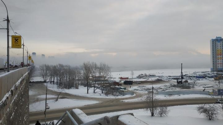 Над Обью поднялся плотный туман: с одного берега Новосибирска не видно другой