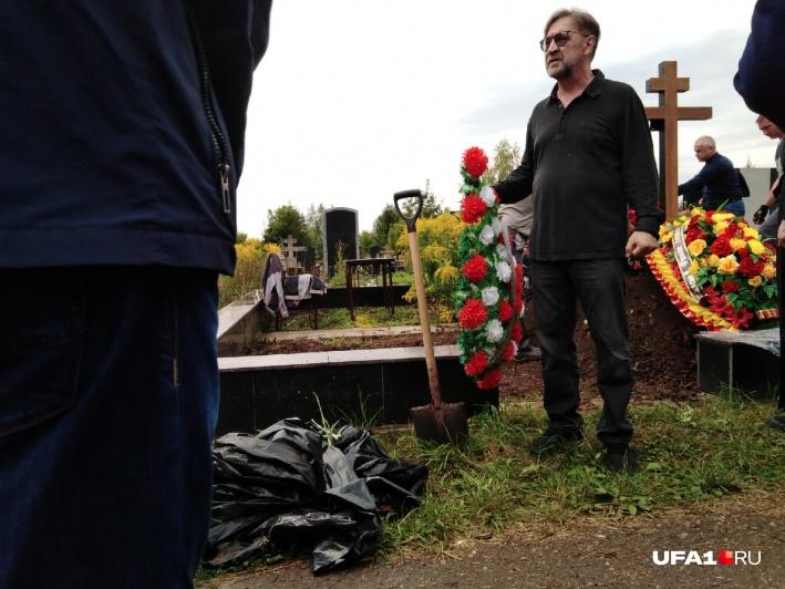 На похоронах Шевчук выглядел удрученно, он часто отходил покурить и внимательно слушал молитвы священника