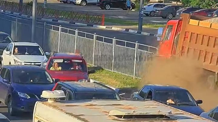 Грузовик сметал всё на своём пути: появилось видео аварии с КАМАЗом на Московском проспекте