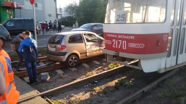 У больницы Середавина столкнулись трамвай и «Хёндай»