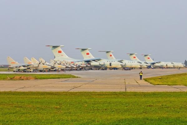 В Новосибирске приземлились военные самолёты из Китая— они летели с международных соревнований, которые проходили в Рязанской области