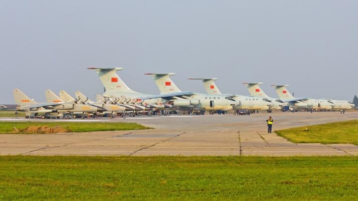 В аэропорту Толмачёво приземлились китайские военные самолёты