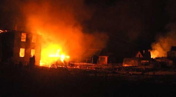 В посёлке на Московском тракте сгорели три дома