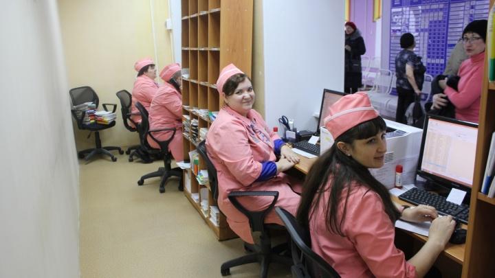 Светящаяся вывеска, розовая униформа и мультики: как на Заозёрной преобразили городскую поликлинику