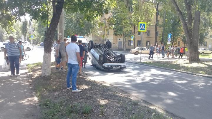 Приземлилась на крышу: на улице Калинина перевернулась Chevrolet Niva