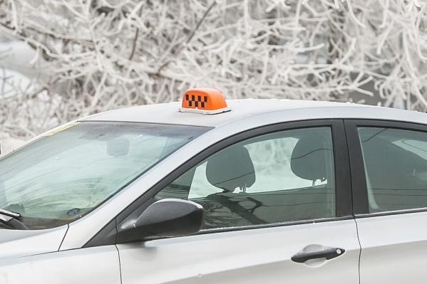 Молодой таксист воспользовался забытой в машине картой