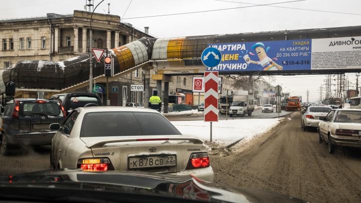 Выслеживает и бьёт: на новосибирских кольцах орудует автоподставщик — он получает по 200000 за ДТП