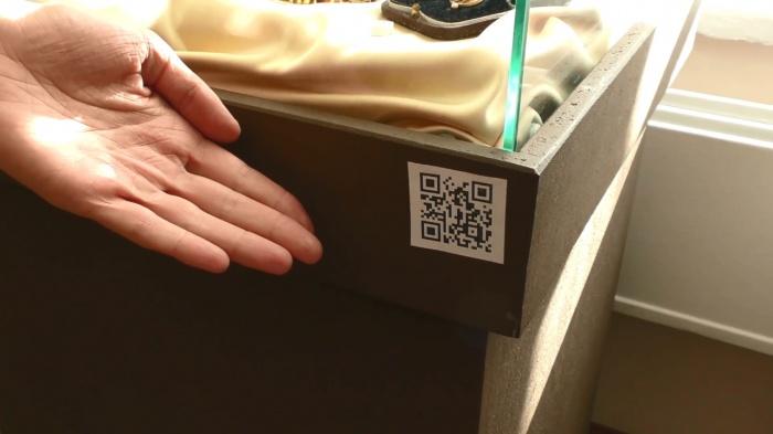 По такому коду любой владелец телефона с приложением для считывания QR-кодов может увидеть мини-рассказ об экспонате на жестовом языке