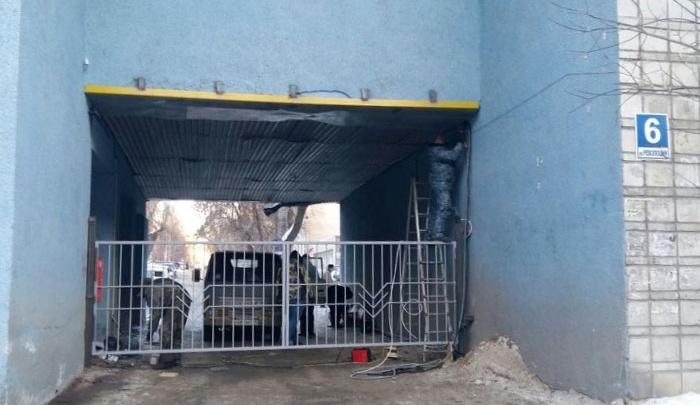 Жильцы дома в тихом центре поставили ворота поперёк улицы