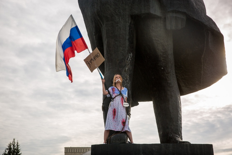 Сибирячка приковала себя цепями к монументу Ленину