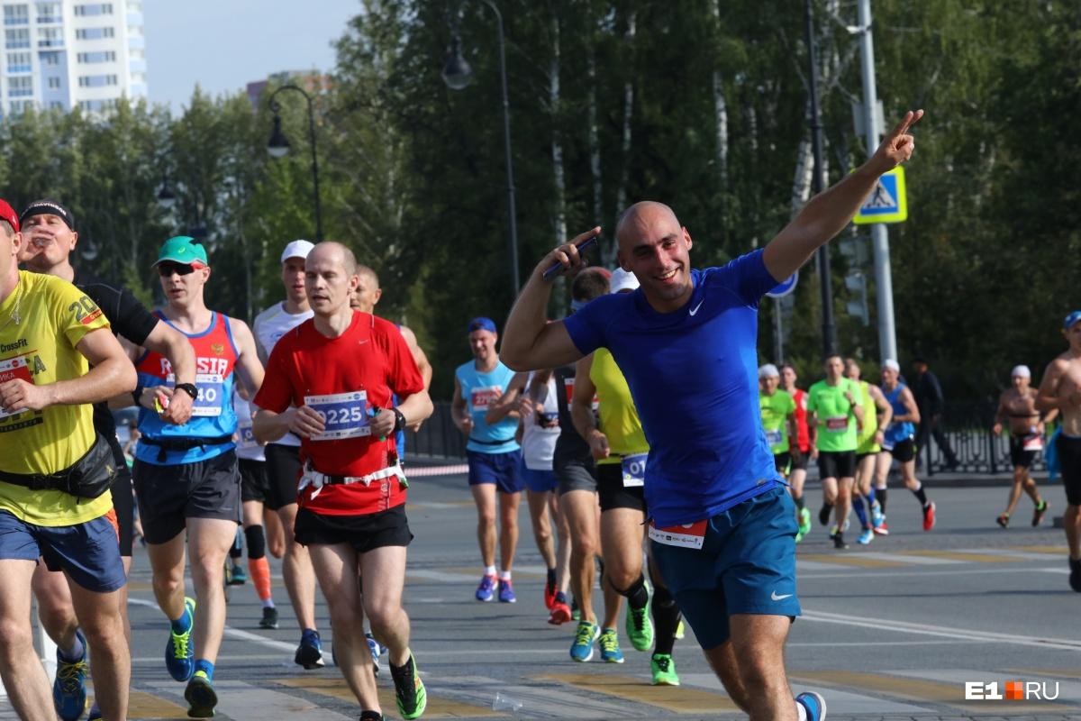 Екатеринбург бегущий: показываем героев, справившихся с «Европой — Азией» в этом году