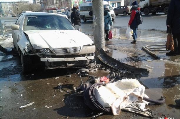 Врачи сообщили о состоянии мамы и малыша, сбитых на тротуаре в Челябинске