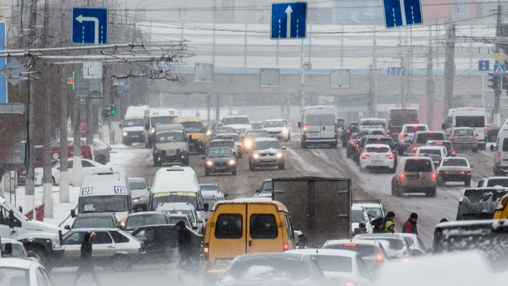 Более 100 таксистов устроили забастовку с требованиями к волгоградскому агрегатору