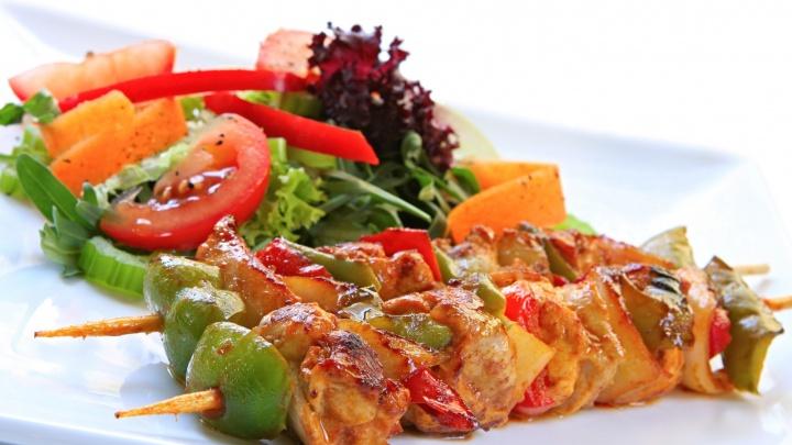 Шашлык - мясоедам, зелень - веганам: горожанам позволят есть и экономить