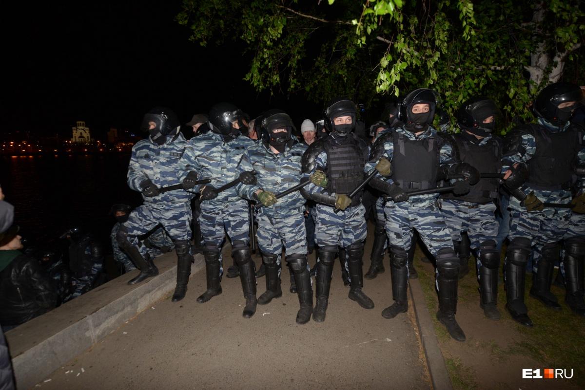 Бойцы Росгвардии вчера оттеснили протестующих от частично поверженного забора