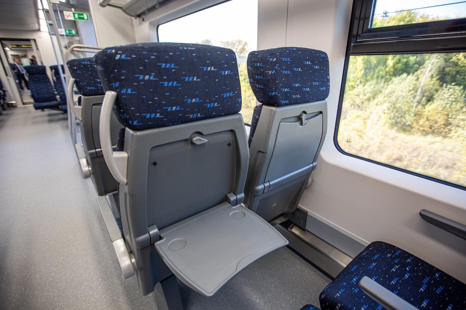 Кресла в «Ласточке» напоминают места в самолёте: у каждого есть свой столик и много места под ногами. Спинки кресел немного откидываются, но не мешают пассажирам сзади — с помощью рычажка под сиденьем сидушку можно подвинуть немного вперёд, тогда как сама спинка остаётся на месте