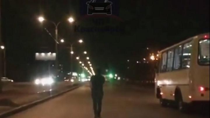 «Хорошо идёт»: девушка вышла гулять по проезжей части Красраба и возмутила водителей