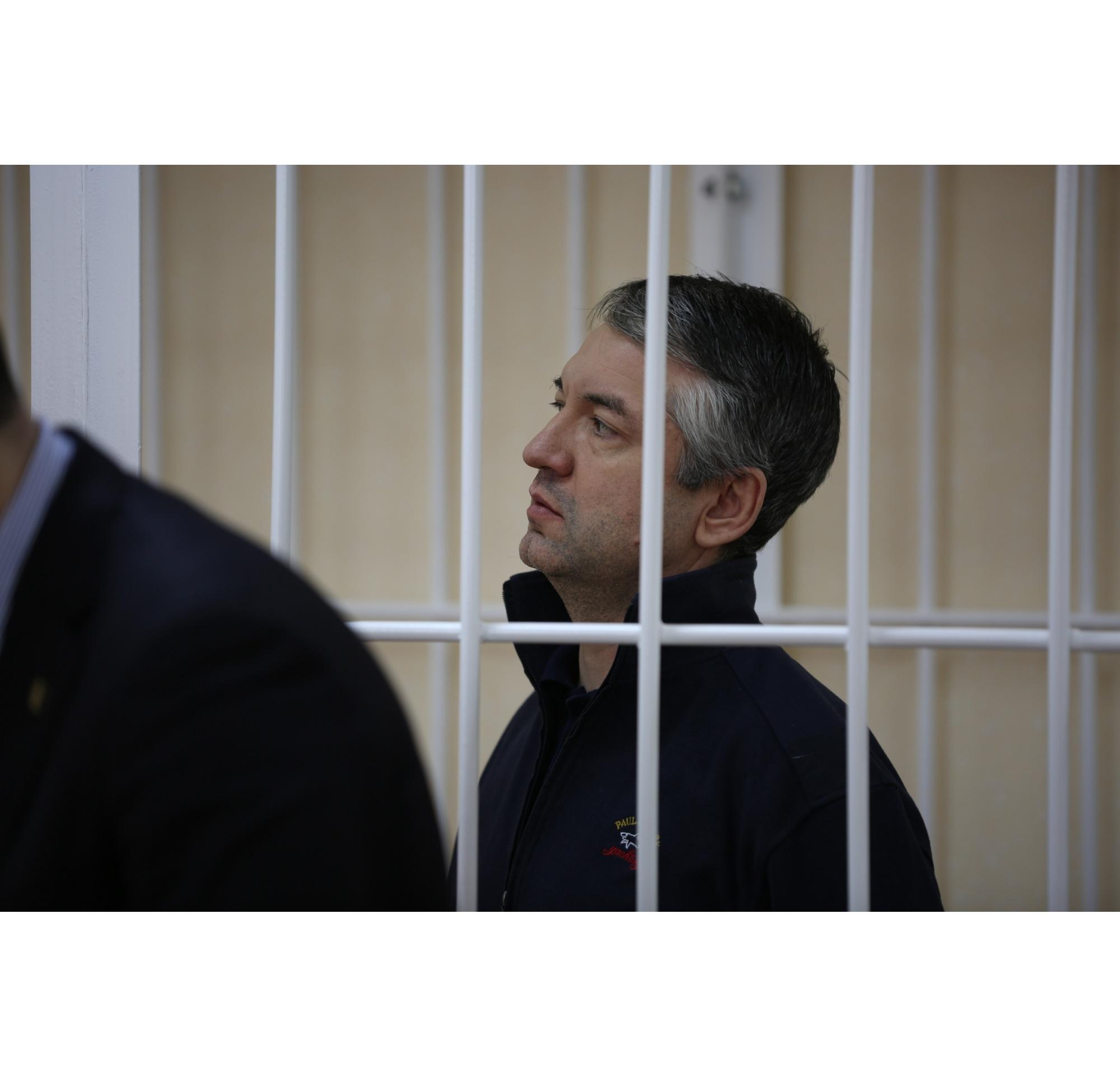 Илгиз Гарифуллин слушает приговор под стражей